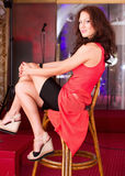 Menina 'sexy' que senta-se no clube imagem de stock royalty free