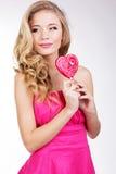 Menina 'sexy' que veste o vestido cor-de-rosa com doces. Foto de Stock Royalty Free