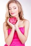 Menina 'sexy' que veste o vestido cor-de-rosa com doces. Fotos de Stock Royalty Free