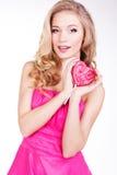 Menina 'sexy' que veste o vestido cor-de-rosa com doces. Fotos de Stock