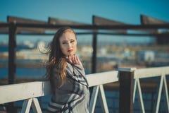 A menina 'sexy' sedutor da senhora com os bordos vermelhos da lota romântica e os mordentes mindinhos que vestem o vestido à moda Fotografia de Stock Royalty Free