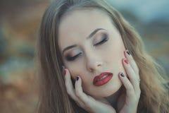 A menina 'sexy' sedutor da senhora com os bordos vermelhos da lota romântica e os mordentes mindinhos que vestem o vestido à moda Imagens de Stock