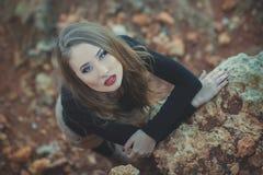 A menina 'sexy' sedutor da senhora com os bordos vermelhos da lota romântica e os mordentes mindinhos que vestem o vestido à moda Imagens de Stock Royalty Free