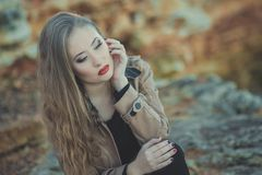 A menina 'sexy' sedutor da senhora com os bordos vermelhos da lota romântica e os mordentes mindinhos que vestem o vestido à moda Foto de Stock