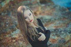 A menina 'sexy' sedutor da senhora com os bordos vermelhos da lota romântica e os mordentes mindinhos que vestem o vestido à moda Foto de Stock Royalty Free