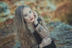 A menina 'sexy' sedutor da senhora com os bordos vermelhos da lota romântica e os mordentes mindinhos que vestem o vestido à moda Fotos de Stock Royalty Free