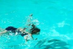 Menina sob a água foto de stock