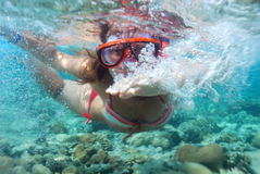 Menina sob a água Fotos de Stock