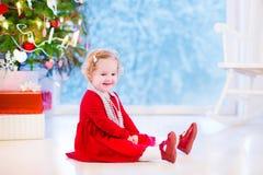 Menina sob a árvore de Natal Foto de Stock Royalty Free