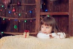 Menina sob a árvore no Natal Fotos de Stock Royalty Free