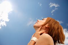 Menina sob o céu Fotografia de Stock
