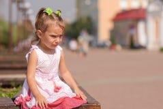 Menina sobre a fonte Fotos de Stock