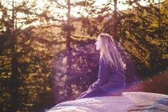 Menina sobre a rocha da pedreira em Vancôver norte, BC, Canadá Imagens de Stock
