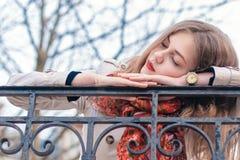 Menina, sonhando fora Fotos de Stock