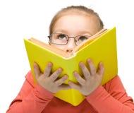 A menina sonhar quando livro de leitura fotos de stock royalty free