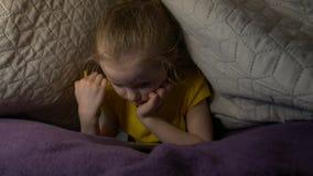 Menina sonolento com telefone video estoque