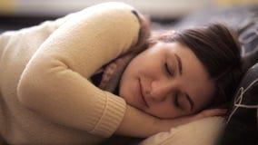 Menina sonolento que encontra-se na cama, preparando-se para dormir video estoque