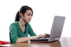 Menina, sorriso no portátil, datilografando Foto de Stock