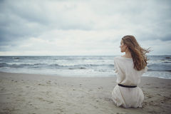 Menina sozinha bonita na praia Fotos de Stock
