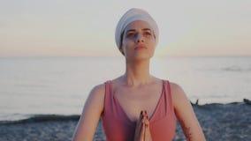 Menina Spiritualized na harmonia das mãos de conexão do corpo e da alma no namaste de cumprimento indiano tradicional Heartful e video estoque