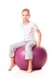 Menina Sportive em uma bola do ajuste fotografia de stock royalty free