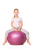 Menina Sportive em uma bola do ajuste imagens de stock royalty free