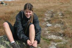 Menina Sportive no passeio em a montanha da montanha Fotografia de Stock
