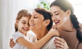 Menina, sua mãe e avó fotos de stock