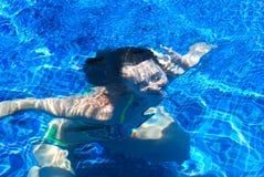 Menina subaquática em uma associação imagens de stock