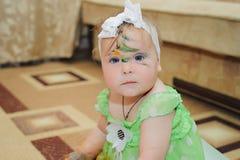 Menina sujada por pinturas multi-coloridas Fotos de Stock Royalty Free