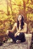 Menina surpreendente calma na natureza Fotos de Stock Royalty Free