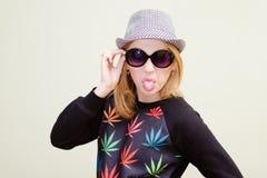 Menina surpreendente do moderno nos óculos de sol que mostram fora a Fotos de Stock