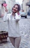 Menina surpreendente do retrato do close up na camiseta de lã morna branca com cabelo de prata cinzento com o pirulito vermelho e Fotos de Stock Royalty Free