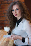 Menina surpreendida com café Foto de Stock Royalty Free