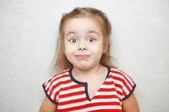 Menina surpreendida com a foto arqueada do retrato das sobrancelhas fotografia de stock