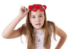 Menina surpreendida com os vidros engraçados coração-dados forma foto de stock royalty free