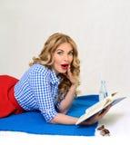 Menina surpreendida com um livro à disposição retro Fotos de Stock Royalty Free