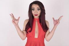 Menina surpreendida em um vestido vermelho Fotos de Stock Royalty Free