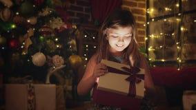 Menina surpreendida por um presente do Natal filme