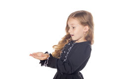Menina surpreendida que guarda algo nas mãos Conceito para adv Isolado no fundo branco foto de stock royalty free