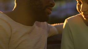 Menina tímida que inclina-se no ombro do homem, na confiança e na estagnação, sentimento macio, close up filme
