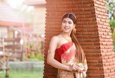 Menina tailandesa bonita no traje tailandês - a noiva vestindo veste o ฟร do ‰ do ¹ do ะà fotos de stock