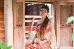 Menina tailandesa bonita no traje tailandês - a noiva vestindo veste o ฟร do ‰ do ¹ do ะà foto de stock