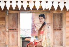 Menina tailandesa bonita no traje tailandês - a noiva vestindo veste-se imagem de stock royalty free
