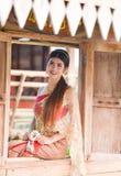 Menina tailandesa bonita no traje tailandês - a noiva vestindo veste-se fotos de stock