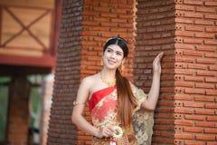 Menina tailandesa bonita no traje tailandês - a noiva vestindo veste-se imagens de stock