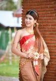 Menina tailandesa bonita no traje tailandês - a noiva vestindo veste-se imagens de stock royalty free