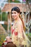 Menina tailandesa bonita no traje tailandês - a noiva vestindo veste-se fotos de stock royalty free