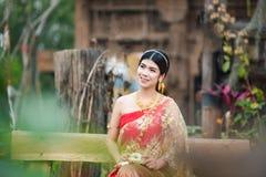 Menina tailandesa bonita no traje tailandês - a noiva vestindo veste-se foto de stock royalty free