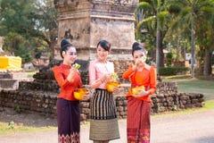 Menina tailandesa bonita no traje tailand?s foto de stock royalty free